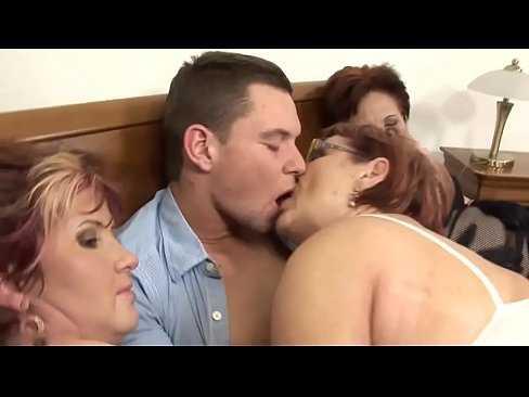 Imagen Nieto cachondo queda con su abuela y las hermanas de ella para hacer una orgía