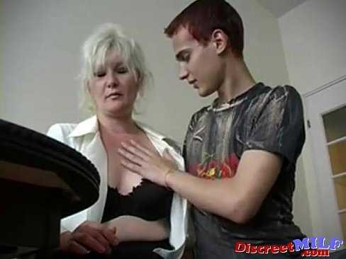 Imagen Abuela muy sexy le hace su primera mamada a su nieto de 18 años