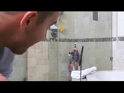 Imagen Pilla a su hermana en la ducha y consigue follársela