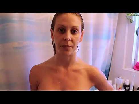 Imagen Encuentro a mi madre en la ducha y me pongo berraco