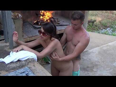 Imagen Mamada a su primo mientras el hace la barbacoa