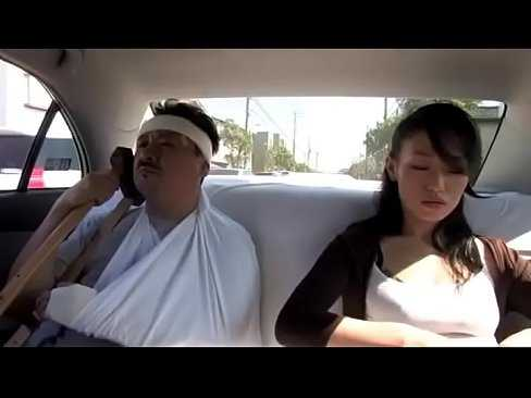 Imagen Jovencita japonesa le da muchos mimos a su padre