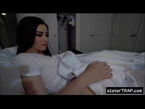 Imagen Me cuelo en la cama de mi hermana cuando llega la noche