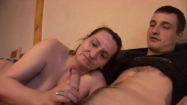 Imagen Cumple su fantasía de follar a su madre en el sofá