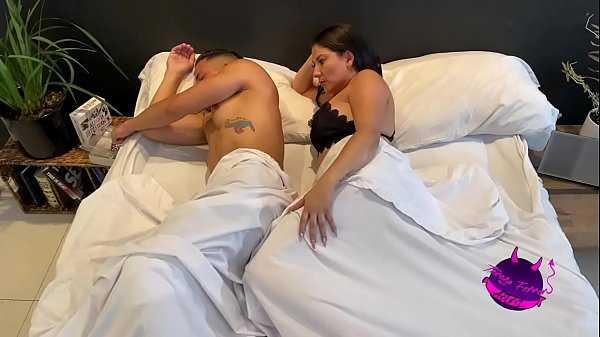 Imagen Despierto a mi marido para que me quite lo caliente